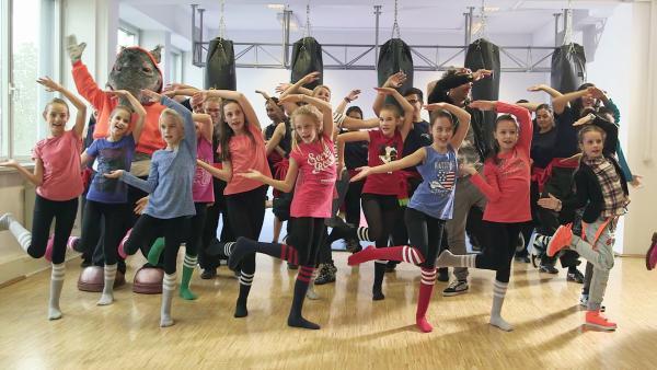 Komm, lass uns tanzen - Das TanzAlarm-Lied (A E I O U) | Rechte: KiKA/Mingamedia