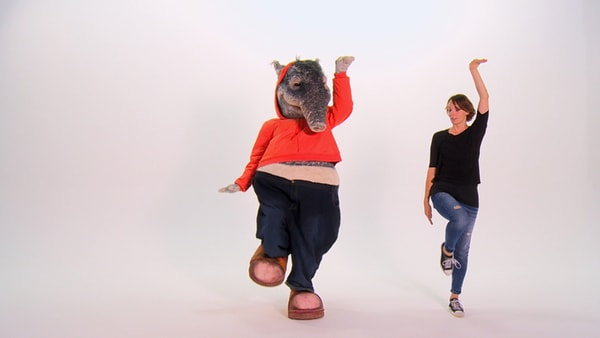 Tapir und Tanzlehrerin zeigen Tanzschritt | Rechte: KiKA TanzAlarm