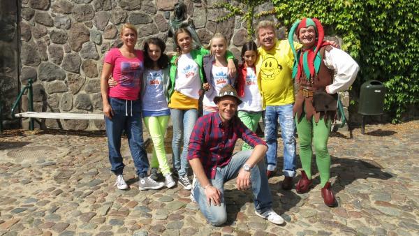 Singa, Leoni, Lara, Annika, Kim, Volker (v.l.n.r.) und Alex (vorne) zu Gast bei Till Eulenspiegel (re.) | Rechte: Franzsika Rülke/ZDF/KiKA