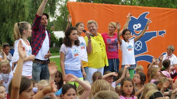 Die Tanzalarm Kids zusammen mit den Moderatoren Alex, Volker und Singa auf der Bühne. | Rechte: Franzsika Rülke/ZDF/KiKA