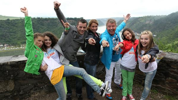 Lara, Leoni, Alex, Singa, Volker, Kim und Annika (v.li.) bringen den TANZALARM auf die Loreley. | Rechte: Sebastian Felsch/ZDF/KiKA