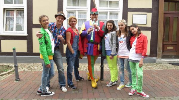 Der Tanzalarm zu Gast beim Rattenfänger von Hameln (Mitte). Lara, Alex, Singa, Leoni, Annika & Kim (v.l.n.r.). | Rechte: Franzsika Rülke/ZDF/KiKA