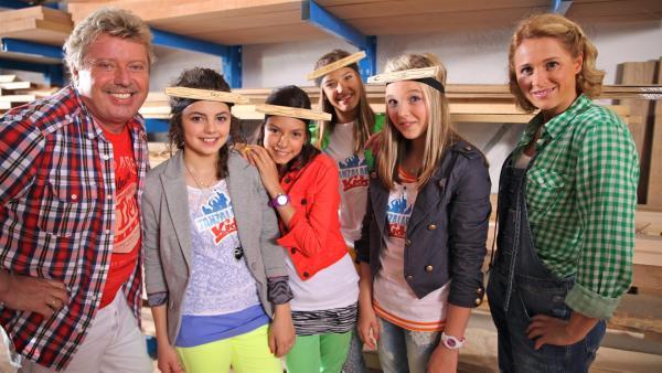 Tanzalarm in der Schreinerei. Volker, Leoni, Kim, Lara, Annika & Inga (v.l.n.r.). | Rechte: Holger Kast/Franziska Rülke/ZDF/KiKA