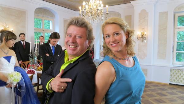 Singa und Volker sind als Trauzeugen bei einer Hochzeit | Rechte: Franziska Rülke/ZDF/KiKA