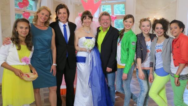 Singa, Volker und die TANZALARM!-Kids sind auf einer Hochzeit. | Rechte: Franziska Rülke/ZDF/KiKA