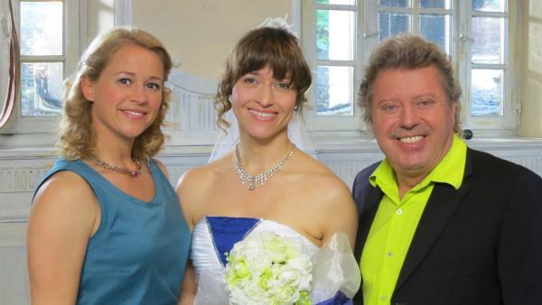 Die beiden Trauzeugen Singa und Volker mit der glücklichen Braut | Rechte: Franziska Rülke/ZDF/KiKA