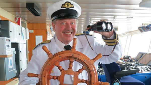 An Bord einer großen Autofähre, die die TanzalarmKids mit einem Drachen vergleichen, träumt Volker davon, Kapitän zu sein. | Rechte: Franziska Rülke/ZDF/KiKA