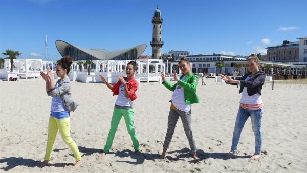 Die TanzalarmKids genießen den Strand in Warnemünde und tanzen zu einem Song über einen ganz besonderen Hai. | Rechte: Franziska Rülke/ZDF/KiKA