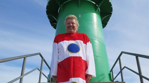 Singa zeigt Volker in Warnemünde, wie schön es an der Ostsee ist. Der lässt sich von den Leuchttürmen zu einem Leuchtturm-Lied inspirieren. | Rechte: Franziska Rülke/ZDF/KiKA