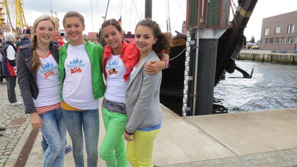 Singa und Volker sind in Wismar auf den Spuren der Hanse. Auf einer mittelalterlichen Kogge erlebt Volker das echte Seemannsleben, während die TanzalarmKids beim Hafenfest das Tanzbein schwingen. | Rechte: Franziska Rülke/ZDF/KiKA