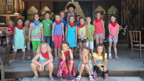 Cowboy Tom und die Kids wollen das Tanzbein schwingen. | Rechte: KiKA/MingaMedia