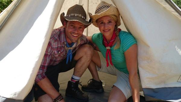 Alex und Singa machen Ferien im Zelt. | Rechte: KiKA/MingaMedia