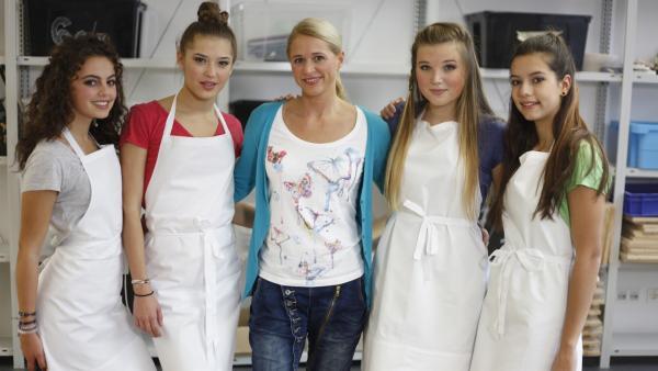 Singa (Mi.) mit den TanzAlarm-Kids v.l.: Leoni, Lara, Annika und Kim im Kunstraum  | Rechte: KiKA/MingaMedia