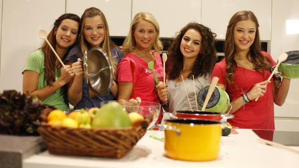 Singa mit den TanzAlarm-Kids v.l.: Kim, Annika, Leoni und Lara in der Küche  | Rechte: KiKA/MingaMedia