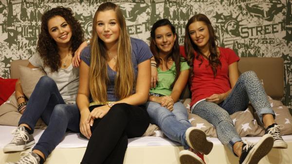 Die TanzAlarm-Kids v.l.: Leoni, Annika, Kim und Lara im Kinderzimmer | Rechte: KiKA/MingaMedia