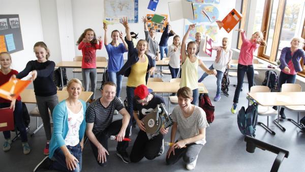 Singa und die Kids sorgen für Stimmung im Klassenzimmer. | Rechte: KiKA/MingaMedia