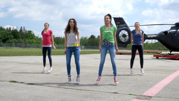 Die TanzAlarm-Kids v.l.: Lara, Leoni, Kim und Annika auf dem Flugplatz. | Rechte: KiKA/MingaMedia