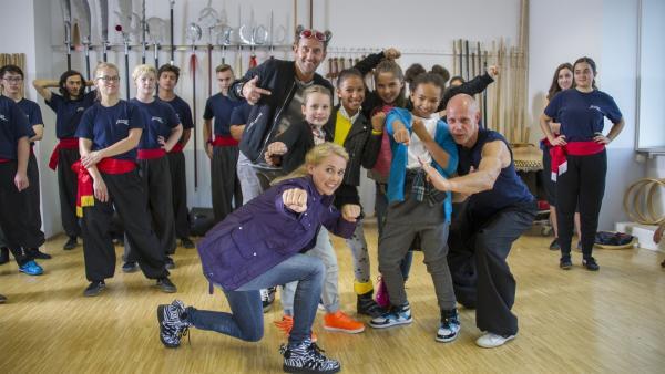 Die TanzAlarm-Crew ist in einer Kung-Fu-Schule. | Rechte: KiKA/MingaMedia