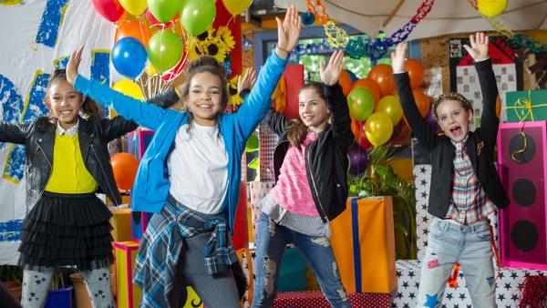 Die TanzAlarm-Kids feiern mit dem TanzTapir. | Rechte: KiKA/MingaMedia/Ron Bergmann