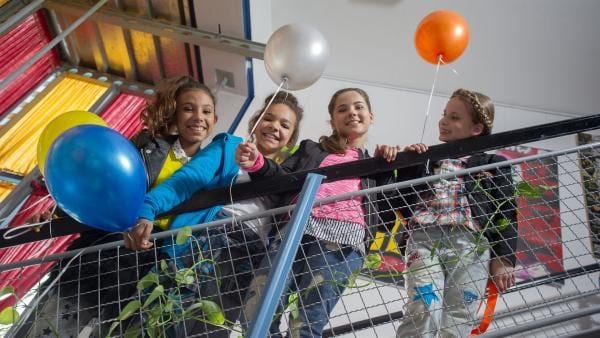 Natürlich sind auch die TanzAlarm-Kids beim Geburtstag des TanzTapirs dabei. | Rechte: KiKA/MingaMedia/Ron Bergmann