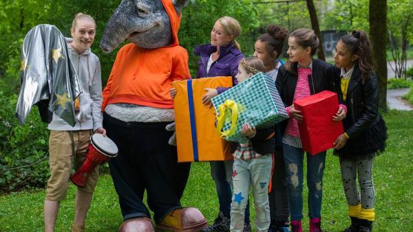 Mit Singa, ihrem Musikerfreund Oskar und den TanzAlarm-Kids kann der TanzTapir so richtig abfeiern. Und die Geschenke, die sie für ihn dabei haben, bringen jede Menge gute Laune.  | Rechte: KiKA/MingaMedia/Ron Bergmann