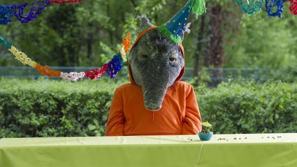 Der TanzTapir hat heute Geburtstag und wartet auf seine Gäste, aber niemand kommt. Haben sie ihn etwa vergessen?  | Rechte: KiKA/MingaMedia/Ron Bergmann