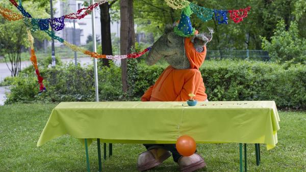 Ein Geräusch! Ob die Geburtstagsgäste etwa doch noch kommen? | Rechte: KiKA/MingaMedia/Ron Bergmann