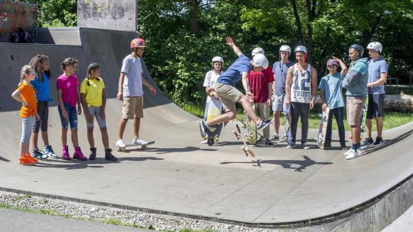 Die TA Kids schauen sich an, was die Skater so drauf haben. | Rechte: KiKA/MingaMedia