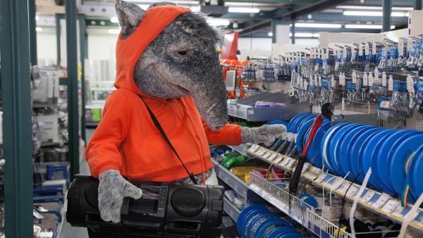 Der TanzTapir sucht in den Gängen des Baumarktes nach Batterien für seinen Ghettoblaster. | Rechte: KiKA/MingaMedia/Holger Kast