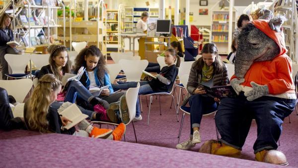 Der TanzTapir muss feststellen, dass in der Bücherei nicht getanzt, sondern nur gelesen wird - und das in größter Stille. | Rechte: KiKA/MingaMedia/Holger Kast