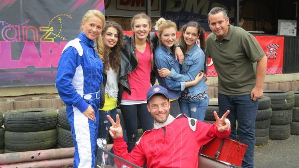Singa ist mit den TanzAlarm Kids und Alex auf der Kartbahn. | Rechte: KiKA/MingaMedia