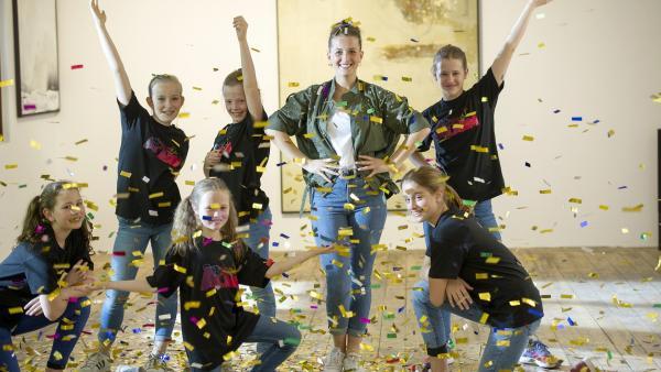 Die TanzAlarm-Kids und Freundin Kinga müssen TanzTapirs Chaos wieder geradebiegen. | Rechte: KiKA/MingaMedia