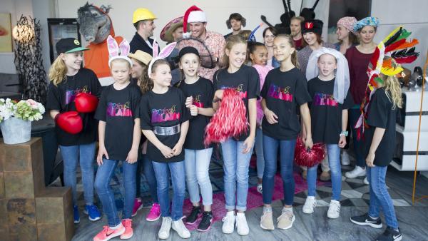 Die TanzAlarm-Kids, Singa und Kumpel Oskar helfen dem TanzTapir aus der Schlinge. | Rechte: KiKA/MingaMedia