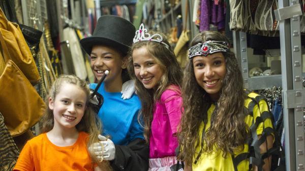 Die TanzAlarm-Kids verkleiden sich im Kostümverleih. | Rechte: KiKA/MingaMedia