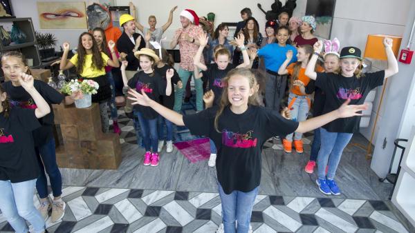 Zum Glück tauchen Singa, die TanzAlarm-Kids und Kumpel Oskar auf und lockern die Stimmung auf. | Rechte: KiKA/MingaMedia