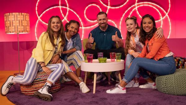 (v.l.) Käthe, Hannah, Larissa und Luna begrüßen Bürger Lars Dietrich im TanzAlarm Club. | Rechte: KiKA/Paul-Philipp Braun