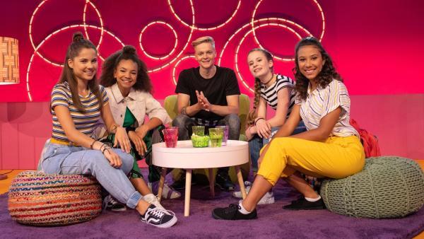 Käthe, Hannah, Larissa und Luna begrüßen Jonas Monar im TanzAlarm Club. | Rechte: KiKA/Paul-Philipp Braun