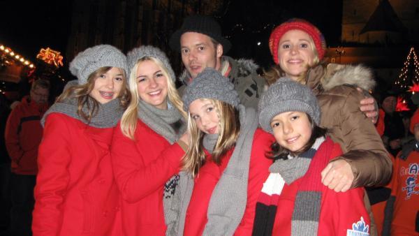 Singa und Alex mit den Tanzalarm-Kids auf dem Erfurter Weihnachtsmarkt | Rechte: ZDF/KiKA/MingaMedia