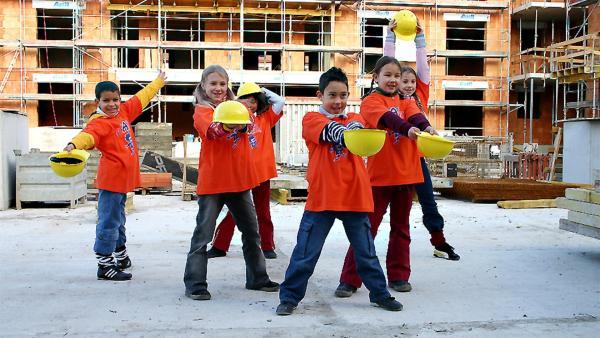 Und los geht's bei den Bauarbeitern. Singa Gätgens, Volker Rosin und Tom Lehel  haben zusammen mit den Tanzalarm-Kids eine Baustelle überfallen. | Rechte: Ki.KA/Ilona Kolar