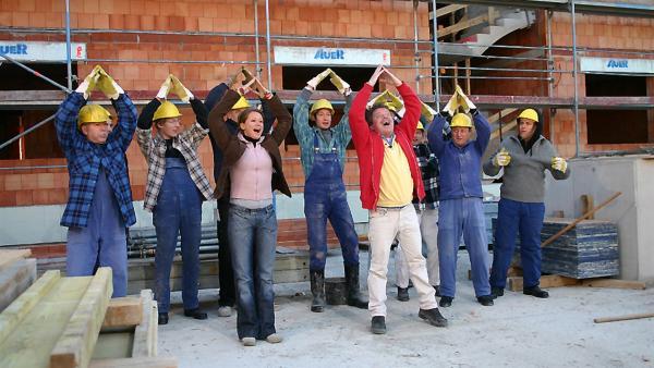 Und los geht's bei den Bauarbeitern. Singa Gätgens, Volker Rosin und Tom Lehel  haben zusammen mit den Tanzalarm-Kids eine Baustelle überfallen.   Rechte: Ki.KA/Ilona Kolar