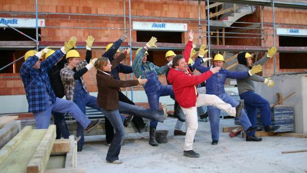 Und los geht's bei den Bauarbeitern. Singa Gätgens, Volker Rosin und Tom Lehel haben zusammen mit den Tanzalarm Kids eine Baustelle überfallen. | Rechte: Ki.KA/Ilona Kolar