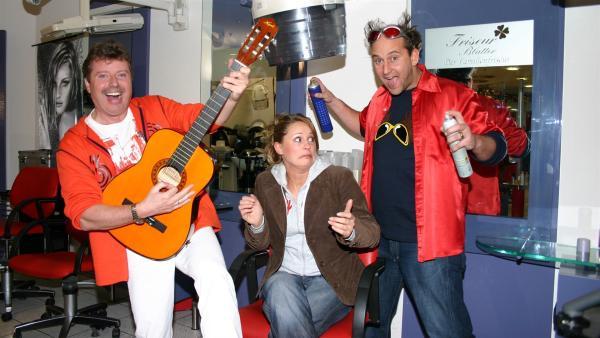 Heute findet der Tanzalarmüberfall beim Frisör statt. Singa Gätgens (Mitte), Volker Rosin (li.), Tom Lehel (re.) und natürlich die Tanzalarm-Kids lassen die Friseure tanzen. Und natürlich auch Euch zuhause. | Rechte: Ki.KA/Ilona Kolar