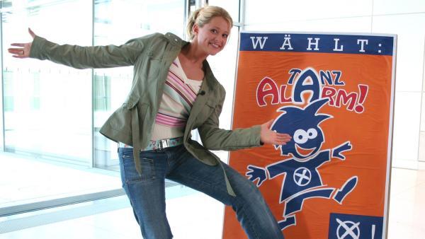 Beim TANZALARM! heißt es: Tanzen statt schrauben. Singa Gätgens, Tom Lehel, Volker Rosin und die TANZALARM!-Kids überfallen diesmal eine Autowerkstatt. | Rechte: KiKA/Feske