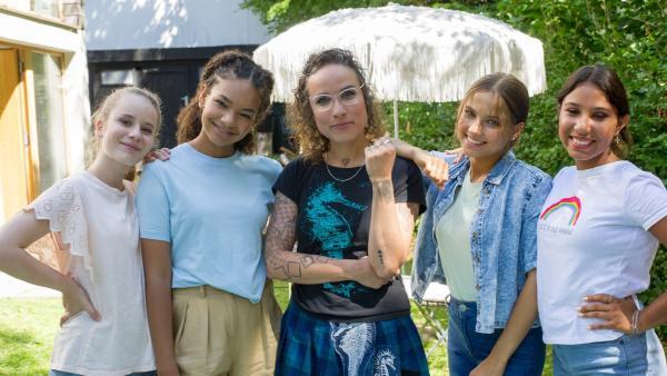 Die TanzAlarm-Kids verbringen mit ihrer Freundin Sukini im Garten einen entspannten Nachmittag. | Rechte: KiKA/MingaMedia/Ron Bergmann
