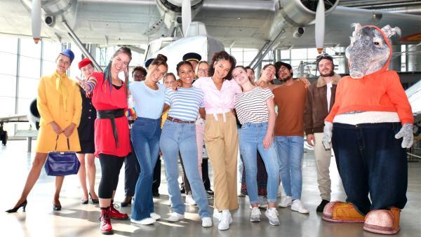 TanzTapir freut sich indessen mit Mai Cocopelli, den TanzAlarm Kids und den Besuchern im Flugzeugmuseum über einen Tag, der wie im Flug vorüber geht. | Rechte: KiKA/MingaMedia/Holger Kast