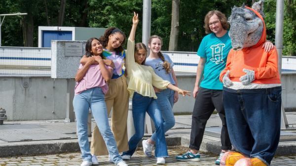 Alles andere als ein Bad nehmen, wollen die TanzAlarm Kids und herrH in der Kläranlage. Sie wollen zusammen mit TanztTapir sehen, wo all das Schmutzwasser landet, das wir Menschen Tag für Tag verursachen. | Rechte: KiKA/MingaMedia/Ron Bergmann