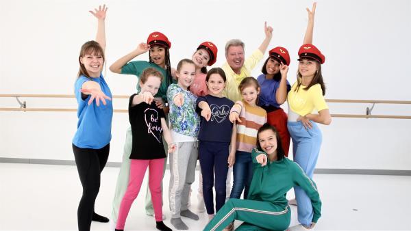 """Volker platzt ins TanzTraining der TanzAlarm  Kids und gemeinsam singen sie """"Tschu tschu wah - Die Eisenbahn"""".   Rechte: KiKA/MingaMedia/Holger Kast"""