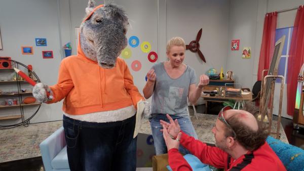 Singa übt mit TanzTapir das ABC, aber Tom sucht verzweifelt seine Notenblätter.   Rechte: KiKA/MingaMedia/Jana Aengenvoort