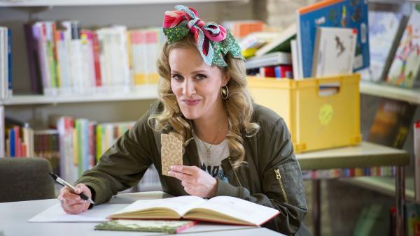 Saskia Süß bringt im wahrsten Sinne des Wortes Unruhe in die Bibliothek.   Rechte: KiKA/MingaMedia/Jana Aengenvoort