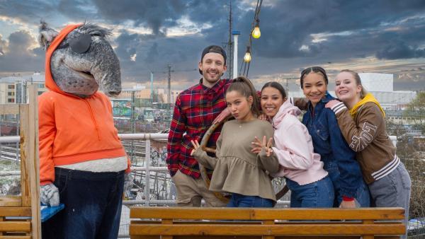 Die TanzAlarm Kids treffen Nilsen auf einem Schiff mitten in der Stadt.   Rechte: KiKA/MingaMedia/Ron Bergmann